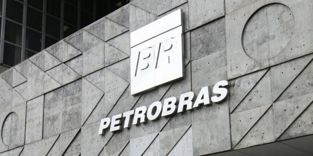RJ - MOVIMENTAÇÃO/PETROBRAS - GERAL - Movimentação em frente ao prédio da Petrobras localizado na Avenida Republica do Chile, n° 65, no centro do Rio de Janeiro, na manhã desta terça-feira (01). 01/04/2014 - Foto: ALE SILVA/FUTURA PRESS/FUTURA PRESS/ESTADÃO CONTEÚDO