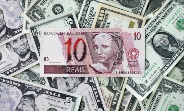 A cotação da moeda norte-americana encerrou o primeiro pregão da semana com forte queda, apontando recuo de 2,35%, cotado a R$ 3, para venda.