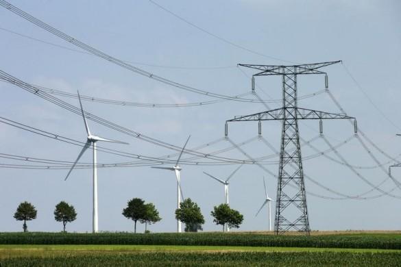 Les députés français ont adopté vendredi l'un des articles les plus importants du projet de loi sur la transition énergétique, qui vise à réduire la part du nucléaire dans la production d'électricité de 75% à 50% en 2025. /Photo prise le 31 juillet 2014/REUTERS/Benoît Tessier