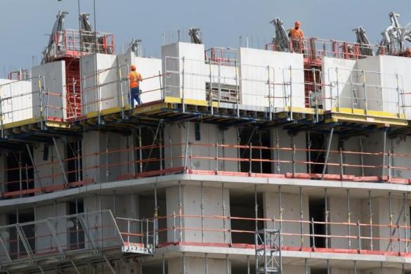 L'Etat et la Caisse des dépôts et consignations apporteront 1,9 milliard d'euros pour financer la construction de 25.000 logements intermédiaires sur cinq ans. /Photo prise le 2 septembre 2014/REUTERS/Philippe Wojazer