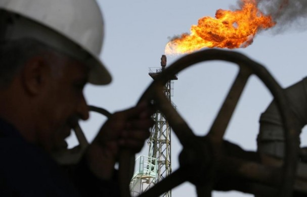 Иракский рабочий на НПЗ в Басре. 29 марта 2007 года. Цены на нефть держатся вблизи семилетних минимумов, так как ОПЕК не планирует снижать добычу, усиливая избыток нефти на рынке. REUTERS/Atef Hassan