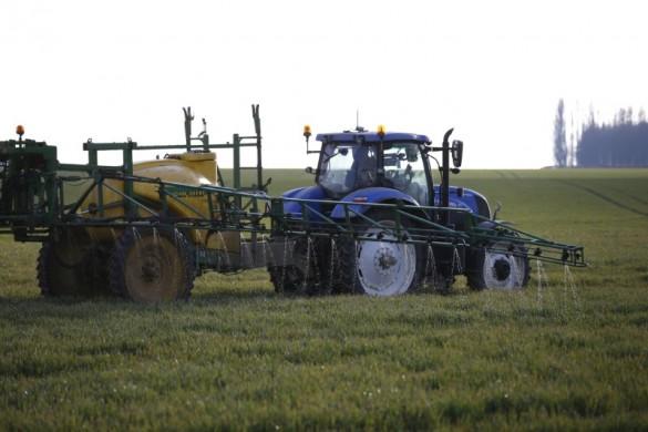 Trator pulveriza pesticida em plantação  18/05/2016 REUTERS/Pascal Rossignol