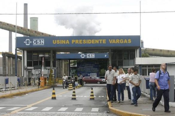 Funcionários da Companhia Siderúrgica Nacional em Volta Redonda, no Rio de Janeiro.   16/01/2009   REUTERS/Fernando Soutello