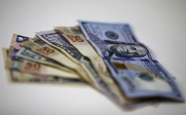 Imagem ilustrativa de notas de real e dólar em casa de câmbio no Rio de Janeiro 10/09/2015  REUTERS/Ricardo Moraes